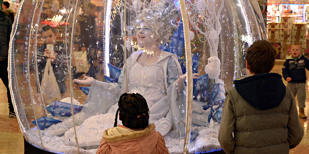 Living Snow Globe act as shopping centre entertainment
