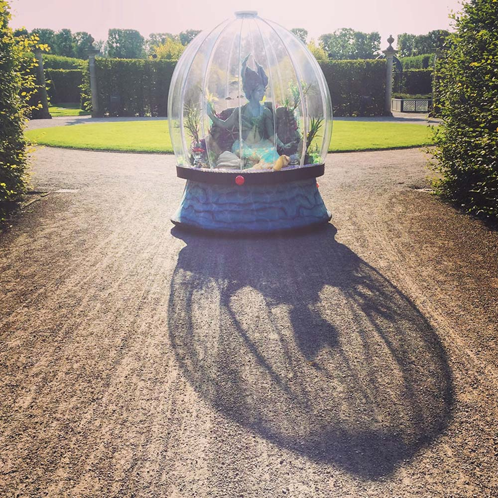 Sea Sphere mermaid act performing in Herrenhausen Gardens creating a beautiful shadow