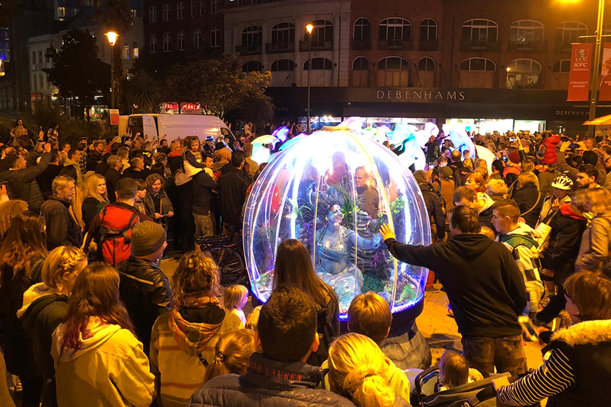 Illuminated act, Sea Sphere, entertaining the crowds