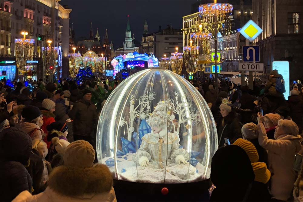 The Snow Queen entertaining crowds | The Show Globe